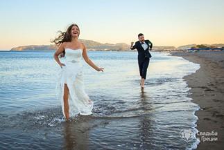 Задорная пляжная свадебная церемония Светланы и Андрея на Родосе