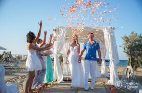 Пляжная церемония Елены и Петра в белоснежном шатре