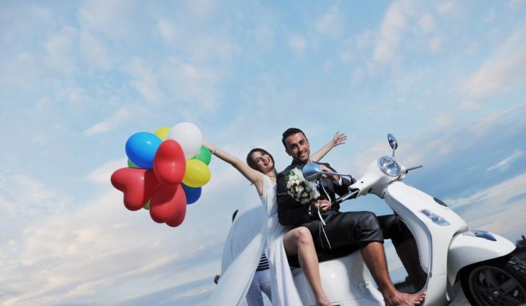 Веселая молодежная свадьба на берегу моря