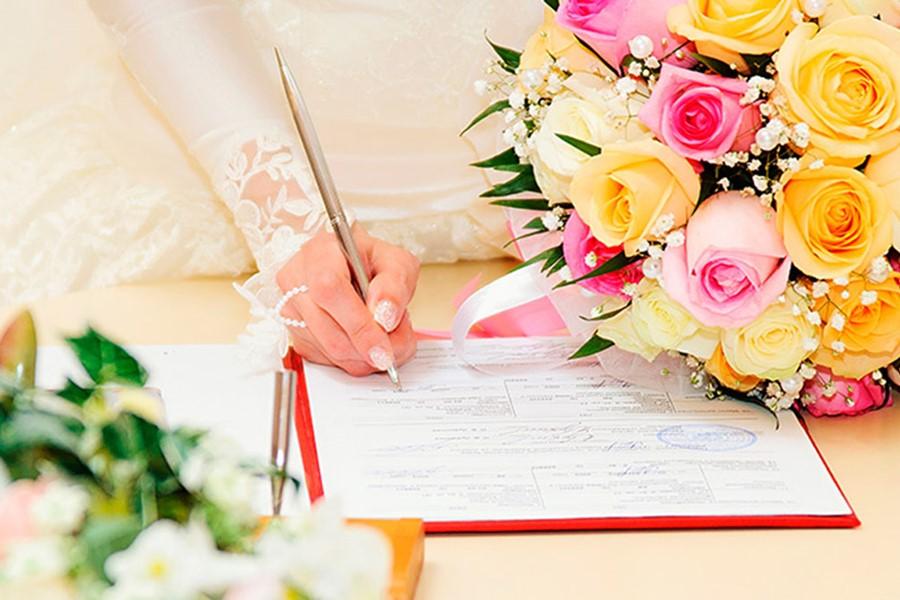 A civil wedding on the island of Mykonos