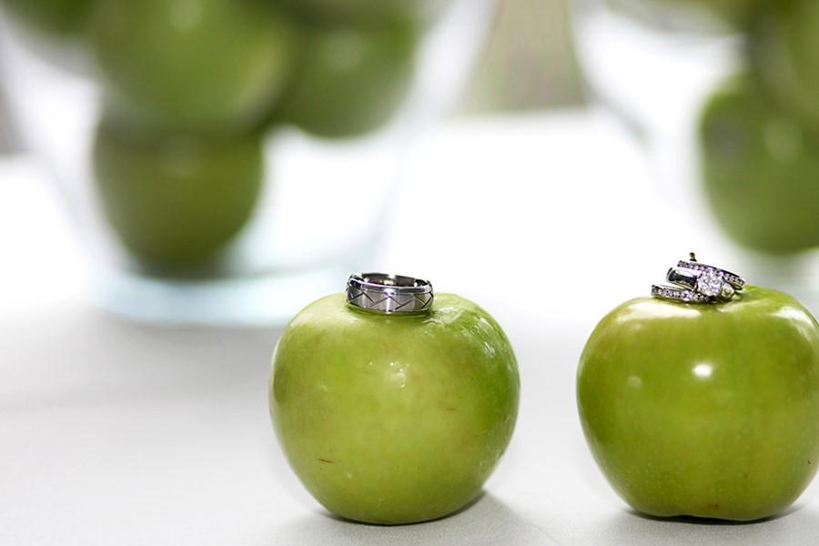 Сочное зеленое яблоко на Родосе