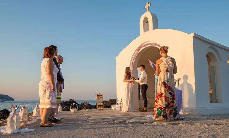 Символическая церемония Екатерины и Андрея в лавандовом стиле в часовне святого николая