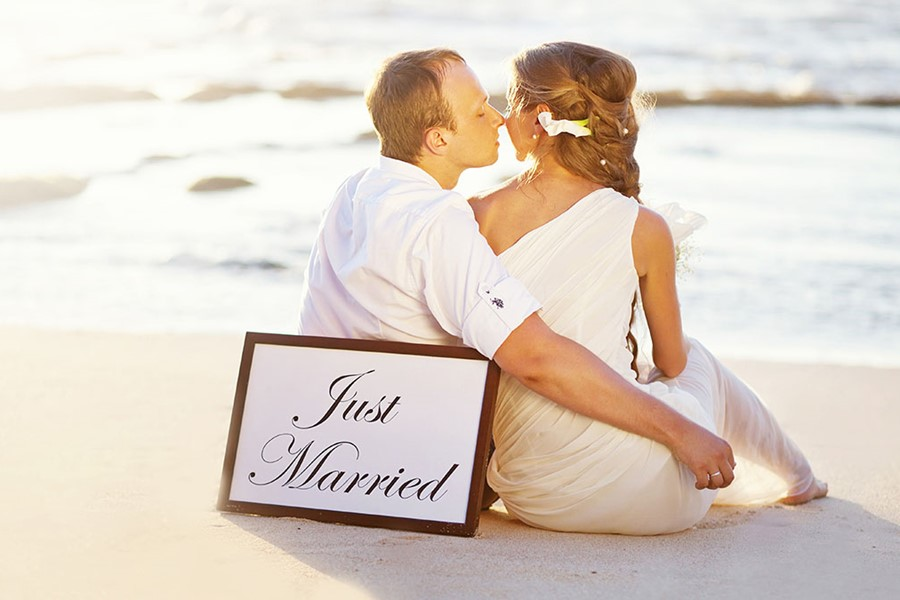 A romantic wedding at the seaside