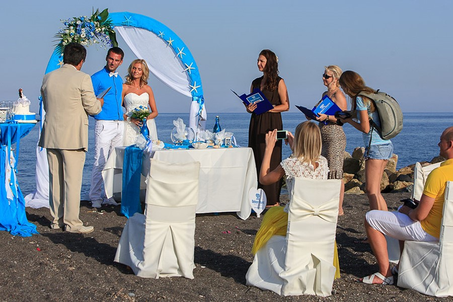 A glamour wedding on a black beach