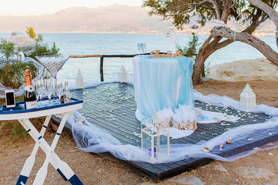 A luxury wedding at the seaside on the island of Santorini